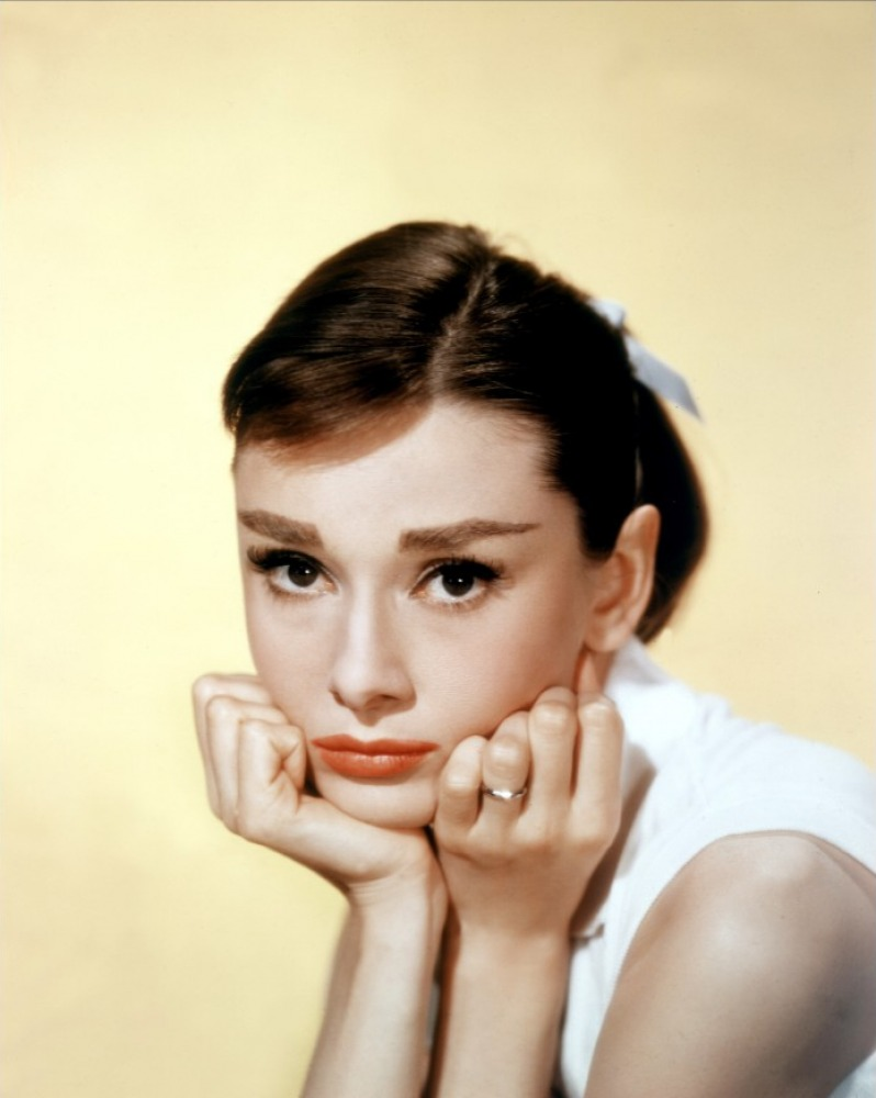 濃い眉毛が悩んでいる女性のための、解決方法と魅力の見せ方のサムネイル画像