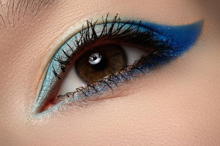 今年の夏に使いたい!ブルーのアイシャドウで知的でクールな目元にのサムネイル画像