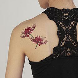 肌みせ季節のワンポイントに!花柄のタトゥーシールを貼ってみよう!のサムネイル画像
