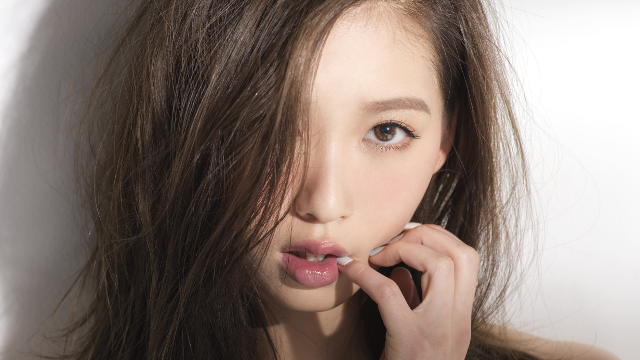 【濃い眉毛の方必見】眉毛を薄くして垢抜ける方法をご紹介します!のサムネイル画像