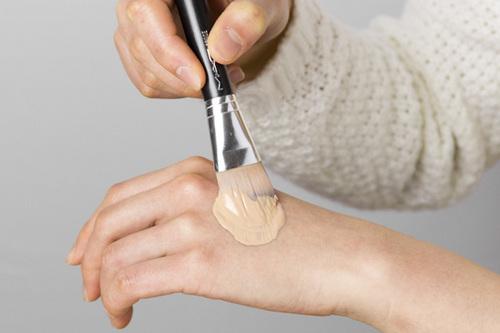 みんなどうやってる?ブラシを使ったリキッドファンデの付け方のサムネイル画像