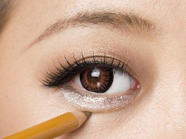 魅力アップは目元から!アイシャドーを使った涙袋メイクのポイントのサムネイル画像