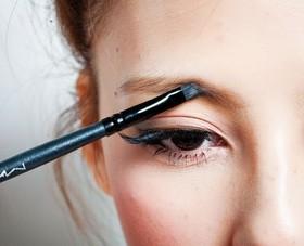 ふんわり眉に仕上げられる、アイブロウパウダーの効果的な使い方。のサムネイル画像