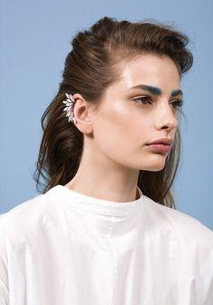 濃い眉毛はメイクテク次第で凛々しい雰囲気や優しい雰囲気も出せるのサムネイル画像
