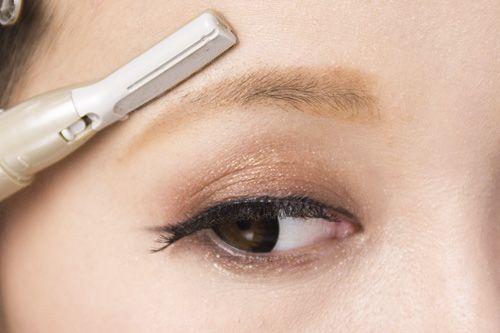 眉毛の剃り方&切り方!眉毛メイクのポイントをレクチャーしますのサムネイル画像