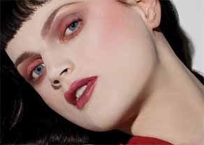 儚さや女性らしさを高める効果的な赤いアイメイクのポイントは目頭のサムネイル画像