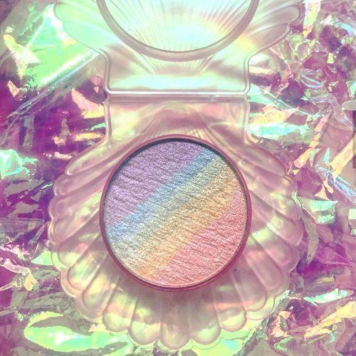 ほっぺに虹がかかる?《Chaos makeup》のレインボーハイライター♡のサムネイル画像