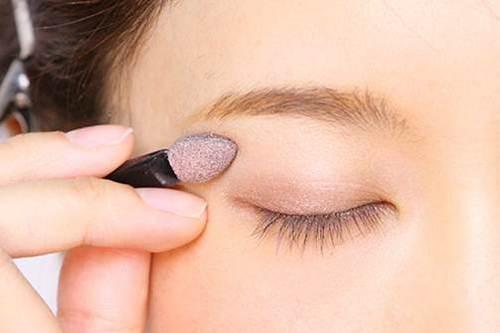 魅力的な目元に!目元をガラリと変えてくれるアイシャドウのやり方のサムネイル画像