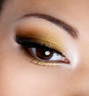 華やかなゴールドアイシャドウを使いこなしてメイク上手になろう!のサムネイル画像