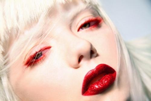 黒でいいの?魅惑の赤をアイライナーで取り入れて女性の魅力UP!のサムネイル画像