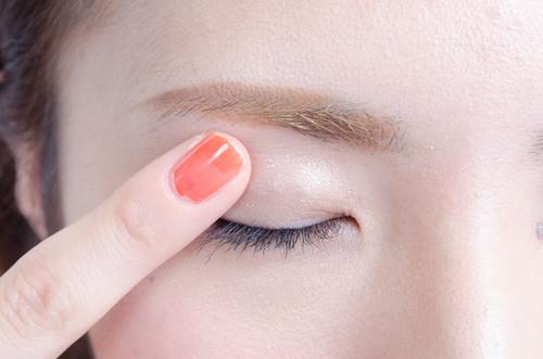 化粧のもちがぐんとアップ!アイシャドウベースの重要性についてのサムネイル画像