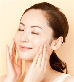 化粧水だけの保湿方法はダメ?化粧水の働きと正しい保湿方法とは?のサムネイル画像