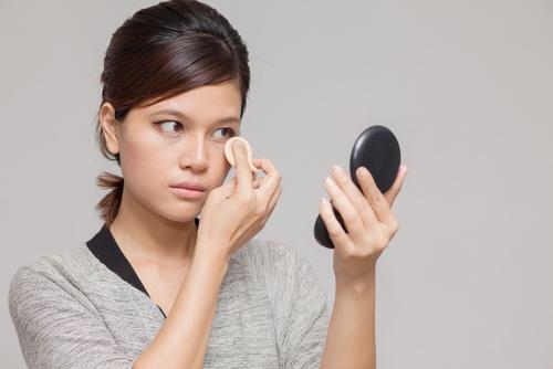 正しい化粧直しのやり方!これで1日中美しくお化粧をキープできるのサムネイル画像