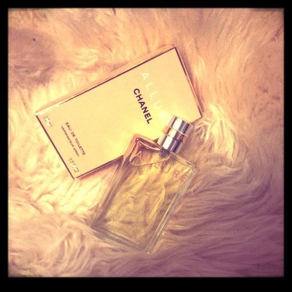 世界を夢中にさせるシャネルの香水アリュールで、魅力的な演出を!のサムネイル画像