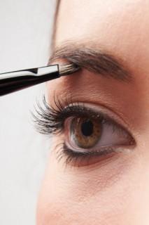 キュート派?クール派?女性のメイクのキーポイント、眉毛の整え方のサムネイル画像